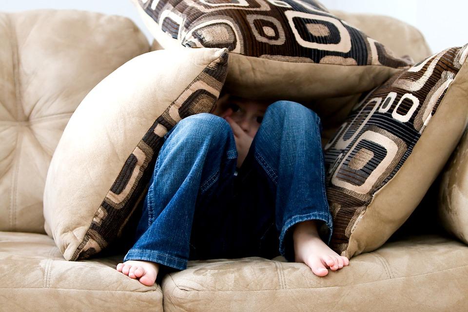 Kind hat Angst und versteckt sich