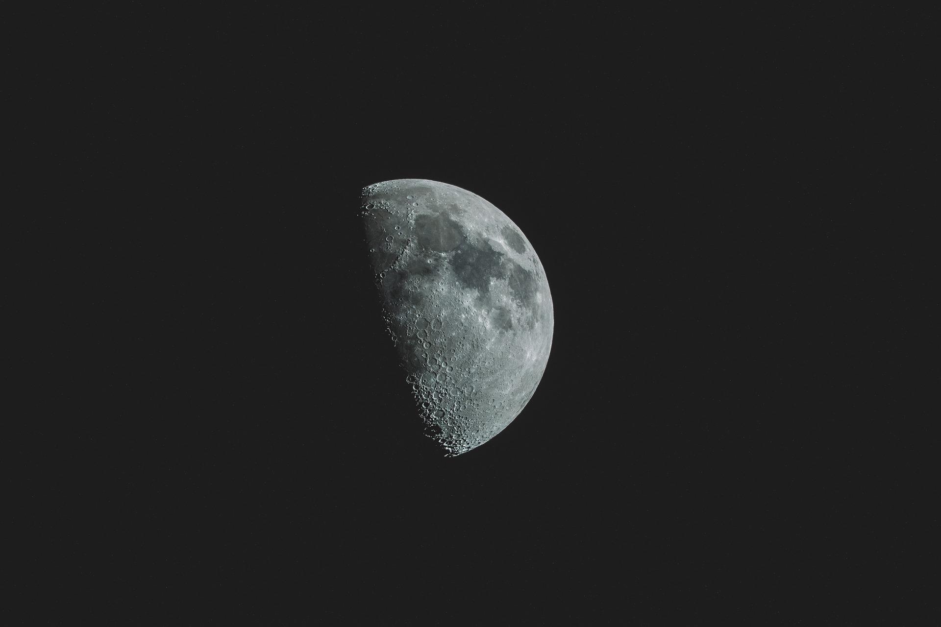 Warum leuchtet der Mond