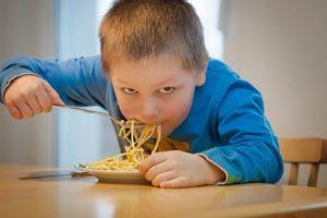 Junge am essen