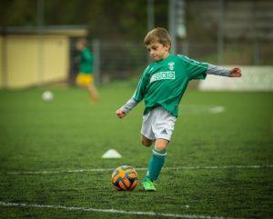 Junge schießt den Fuball