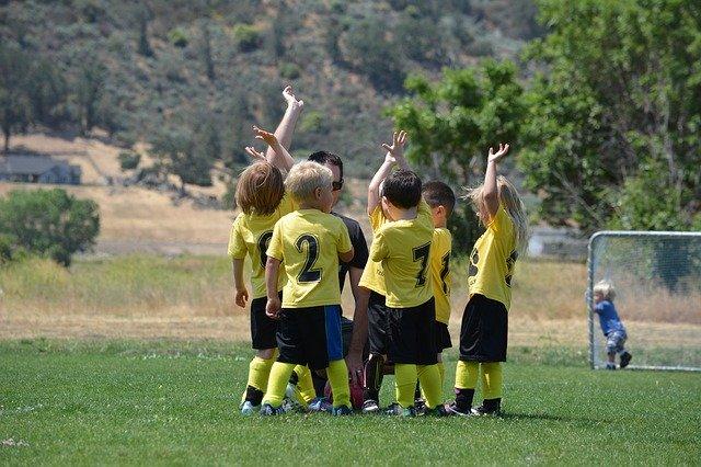 Kinder Fußball spielen