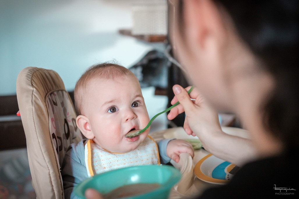 Baby wird gefüttert