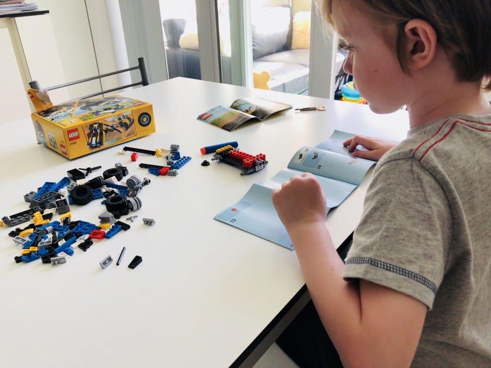 Kleiner Junge baut an einem Bausatz