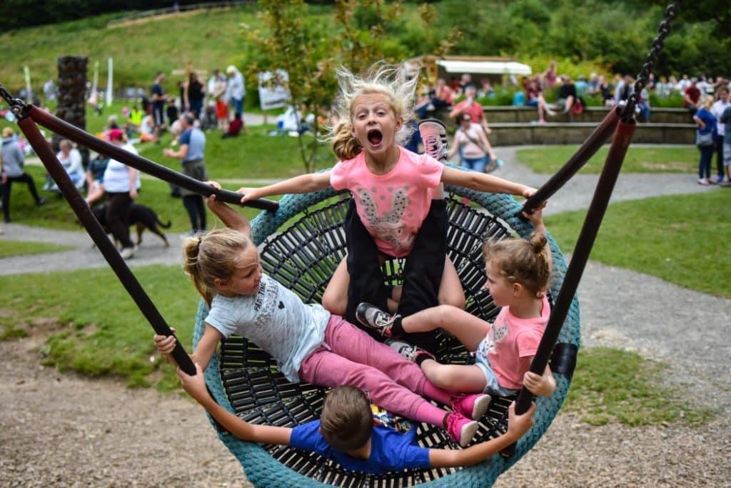 Viele Kinder spielen auf einem Spielplatz