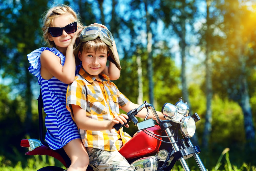 Kinder auf einem Kindermotorrad