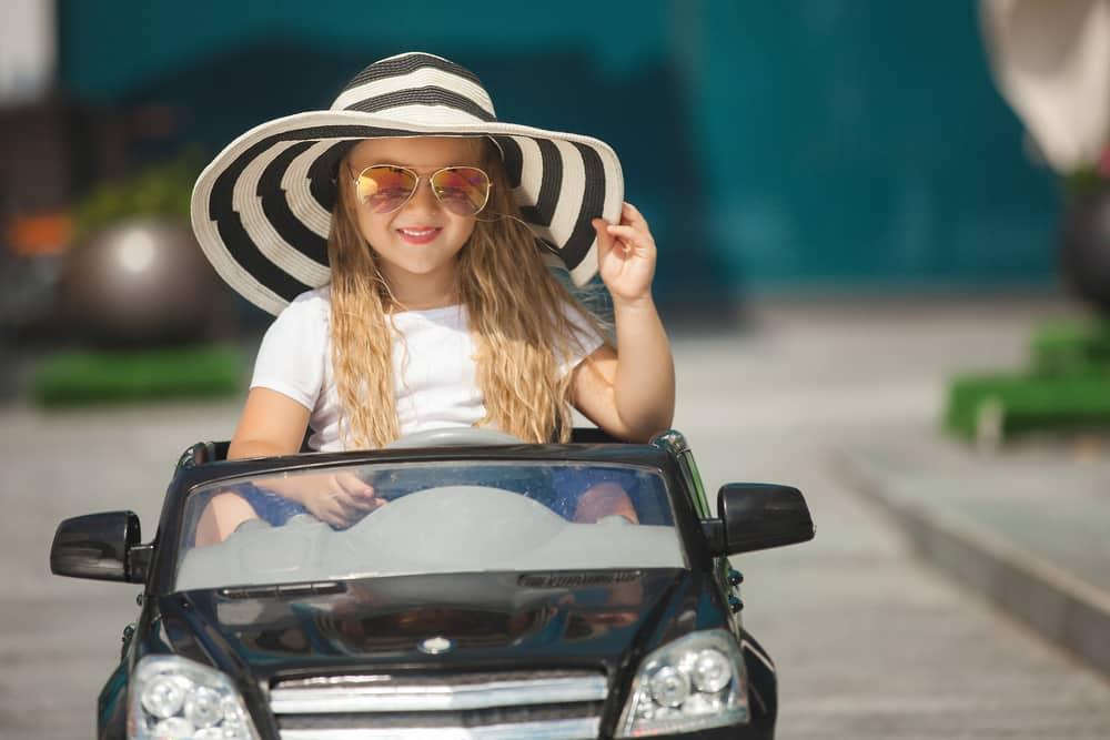 Mädchen im Elektroauto