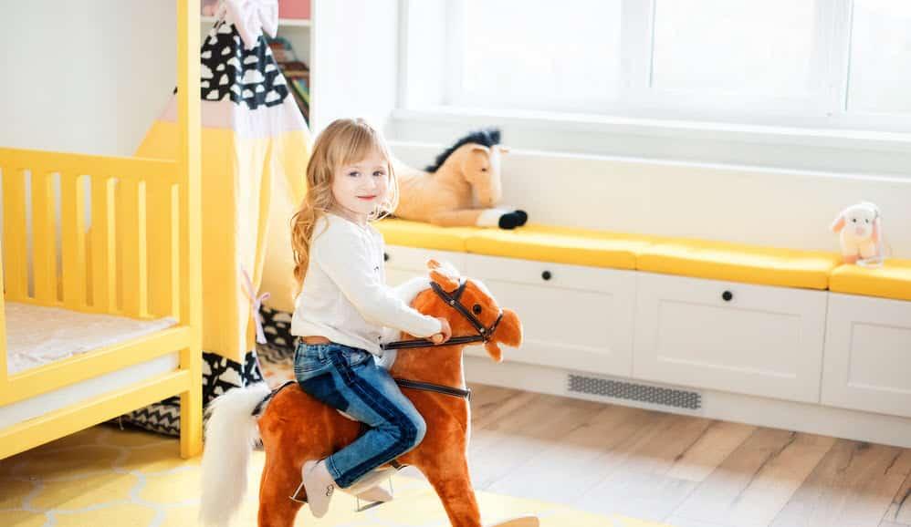 Mädchen reitet ein Stehpferd