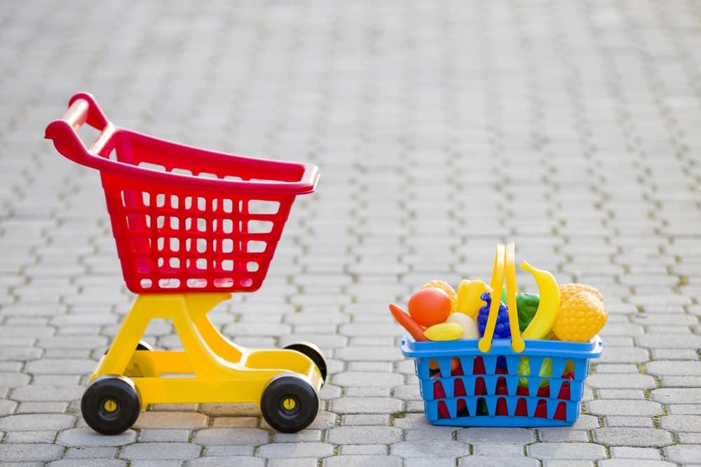 Einkaufswagen und Einkaufskorb aus dem Kaufmannsladen