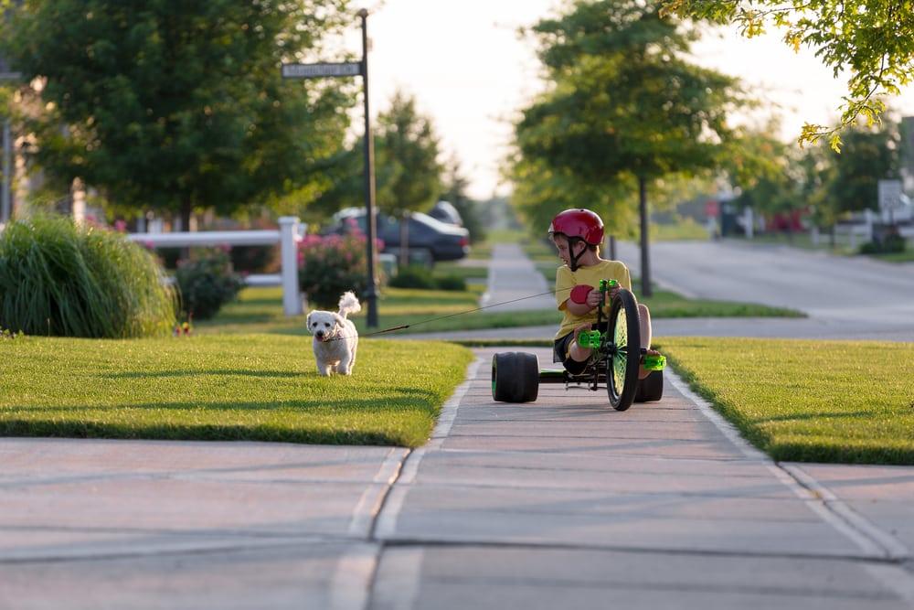 Kind mit Tretfahrzeug