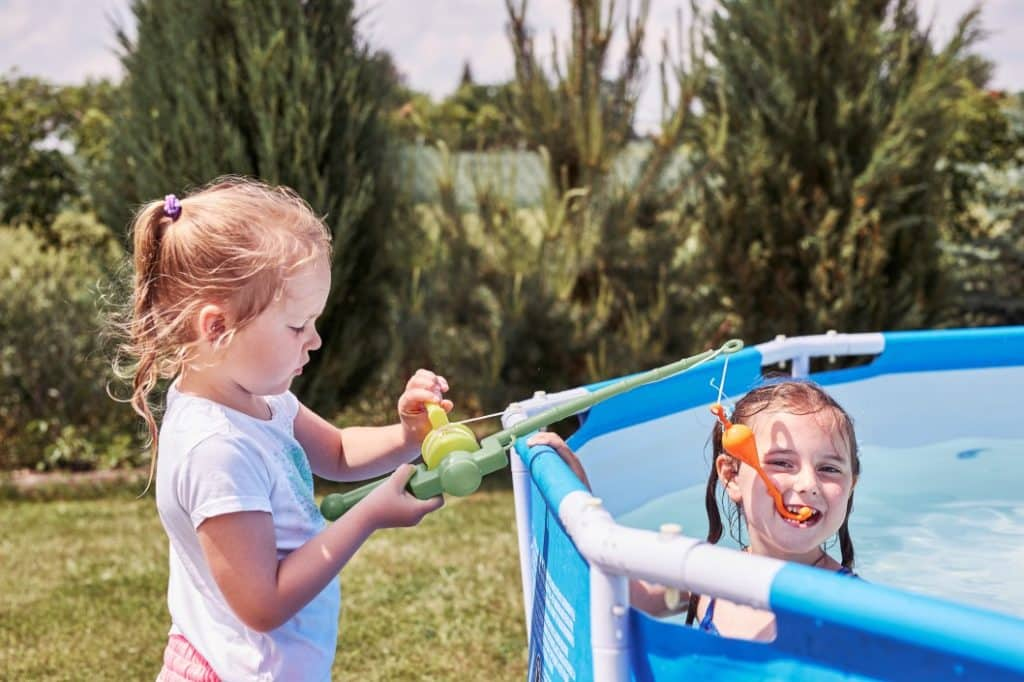 Kinder im Gartenpool