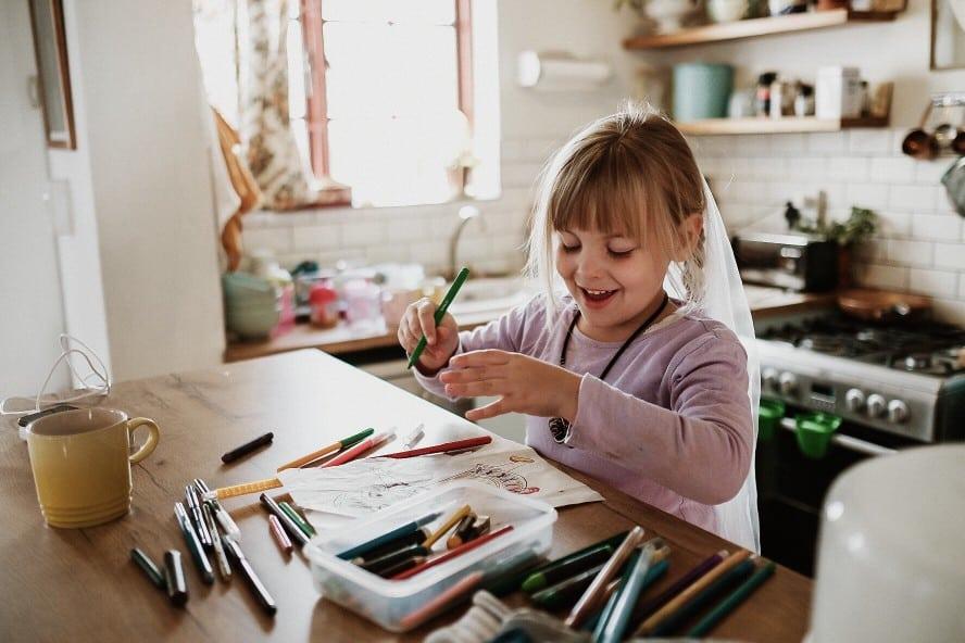 Mädchen zeichnet und malt ein Bild