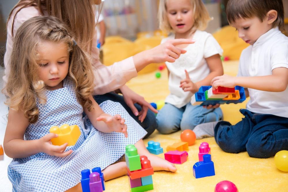 3 Jährige Kinder bauen mit Bauklötzen