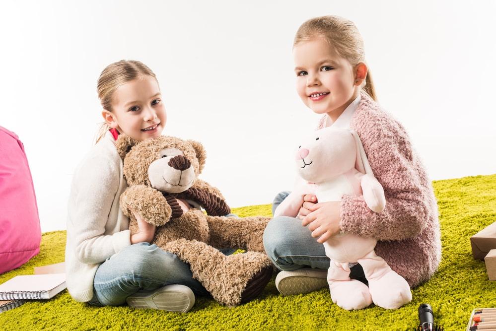 3-jährige Mädchen spielen zusammen