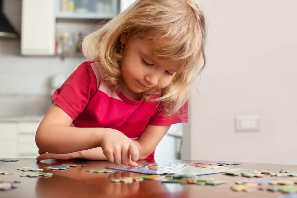 Mädchen puzzelt