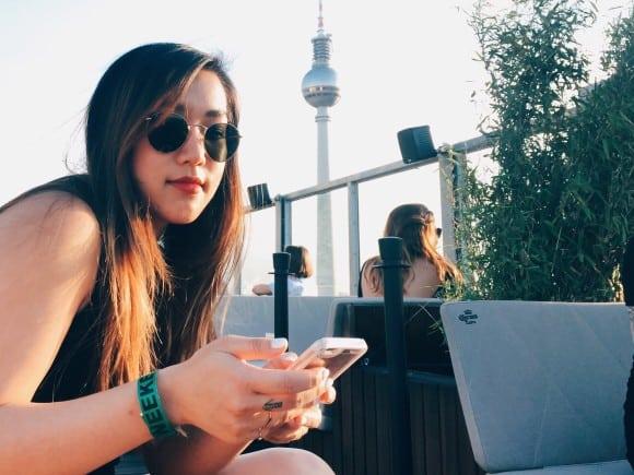 Mädchen vor Berliner Fernsehturm