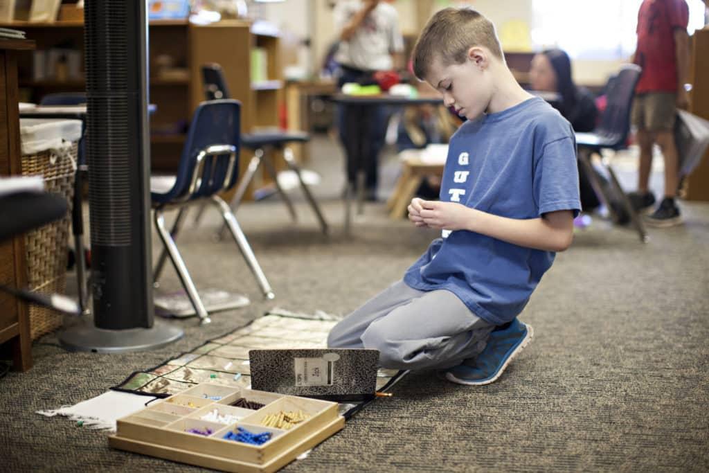 Junge lernt in einer Schule
