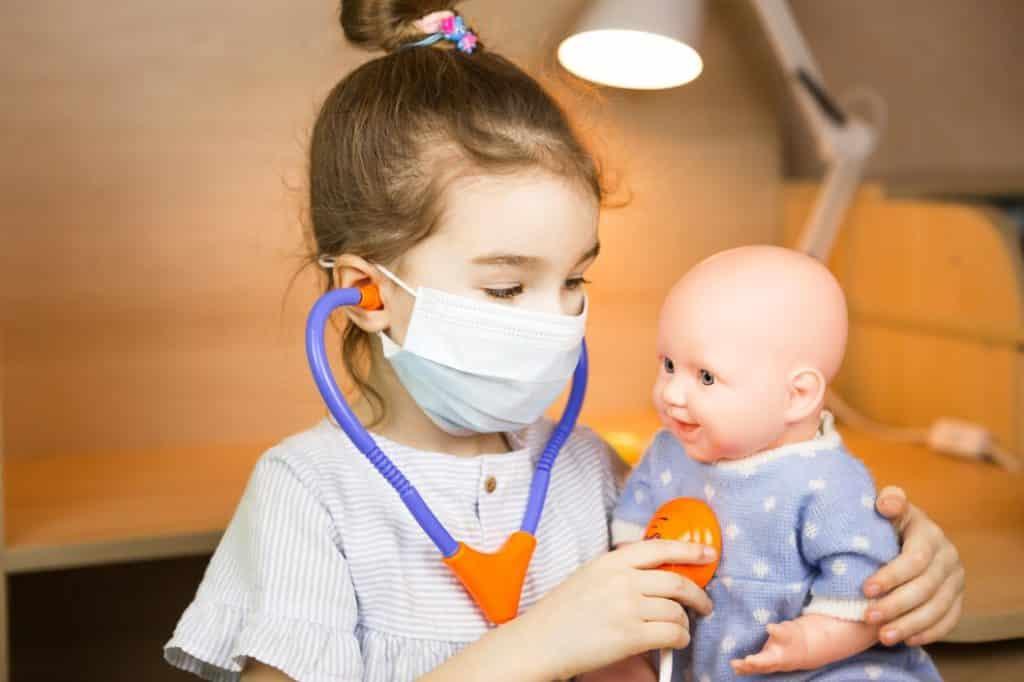 Mädchen spielt Ärztin