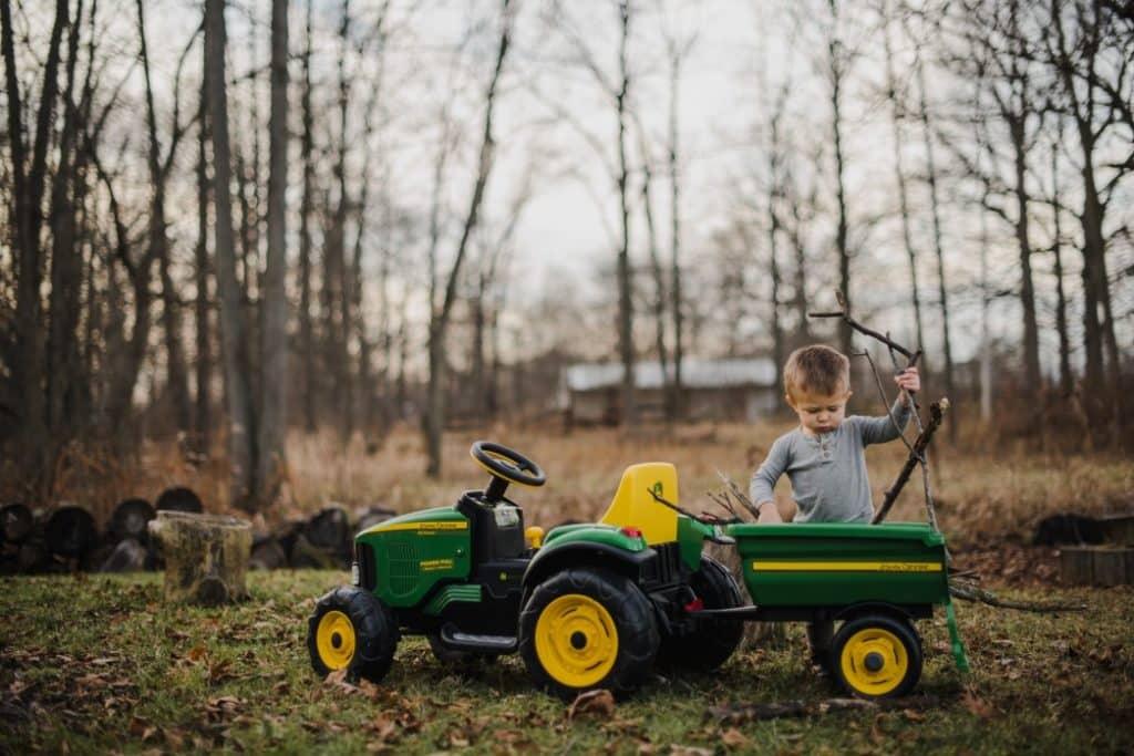 Kinder-Traktor mit Anhänger