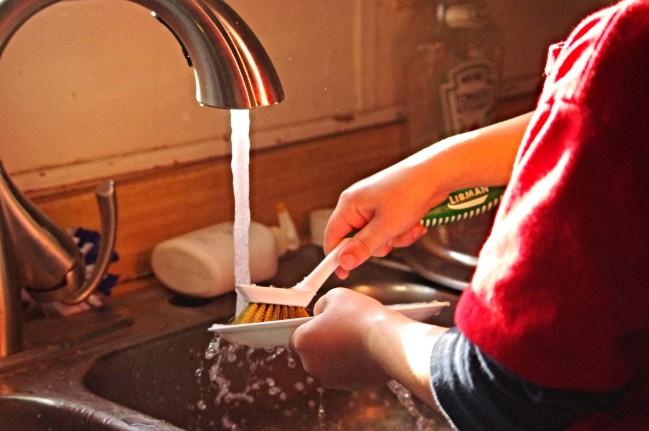 Belohnungssystem für Kinder - sinnvoll oder nicht? Kind Malt belohnungsterne Kinder beim aufräumen Kinder in der Schule Kinder beim abwasch