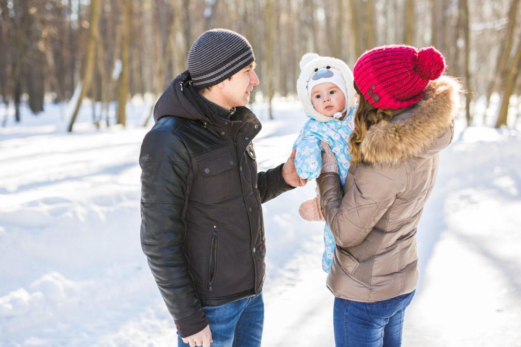Der Winterurlaub mit dem Baby macht allen Spaß.
