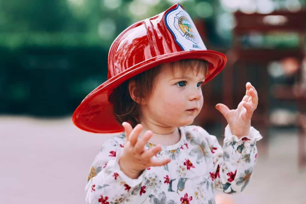Kind mit Feuerwehrhelm
