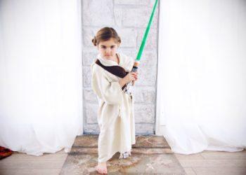 Kind spielt mit Lichtschwert Star Wars