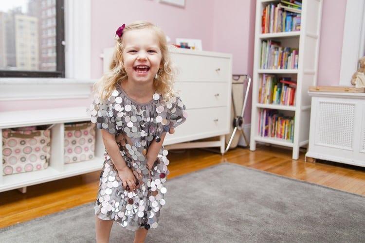 Mädchen in einem rosa Kinderzimmer