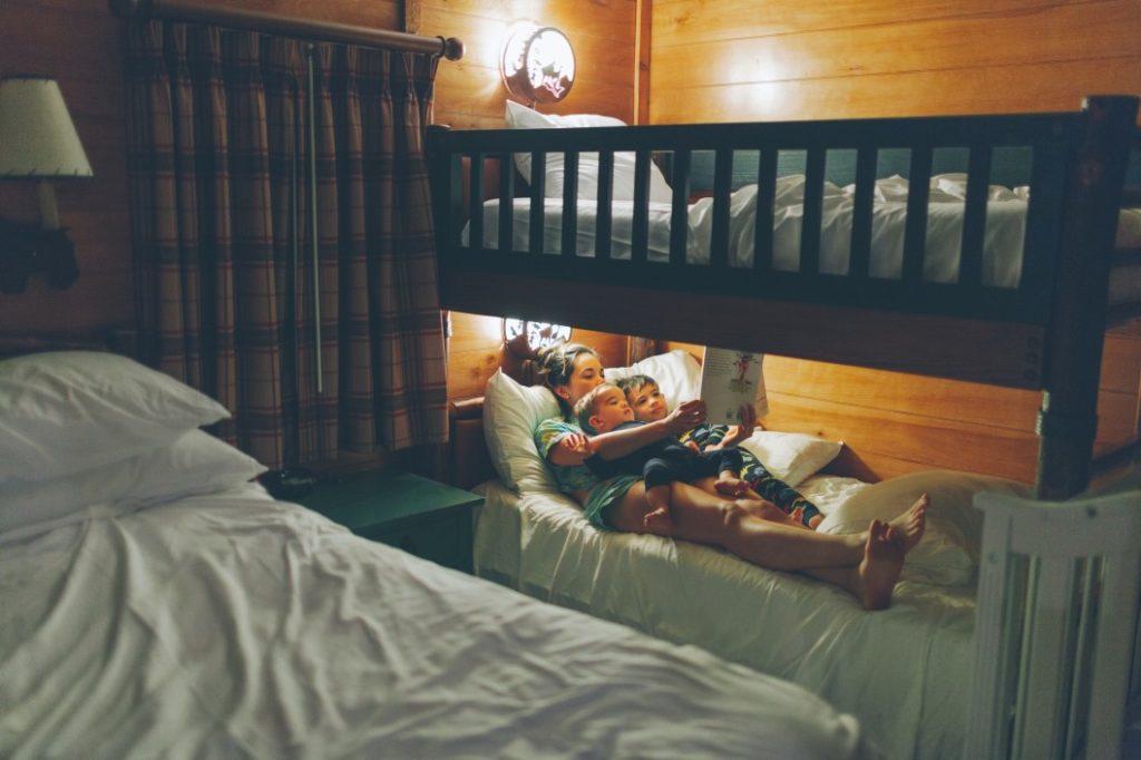 Sicherheit im Kinderbett – keine Kompromisse eingehen|Mädchen Kinderzimmer|Kind in Bettdecke|