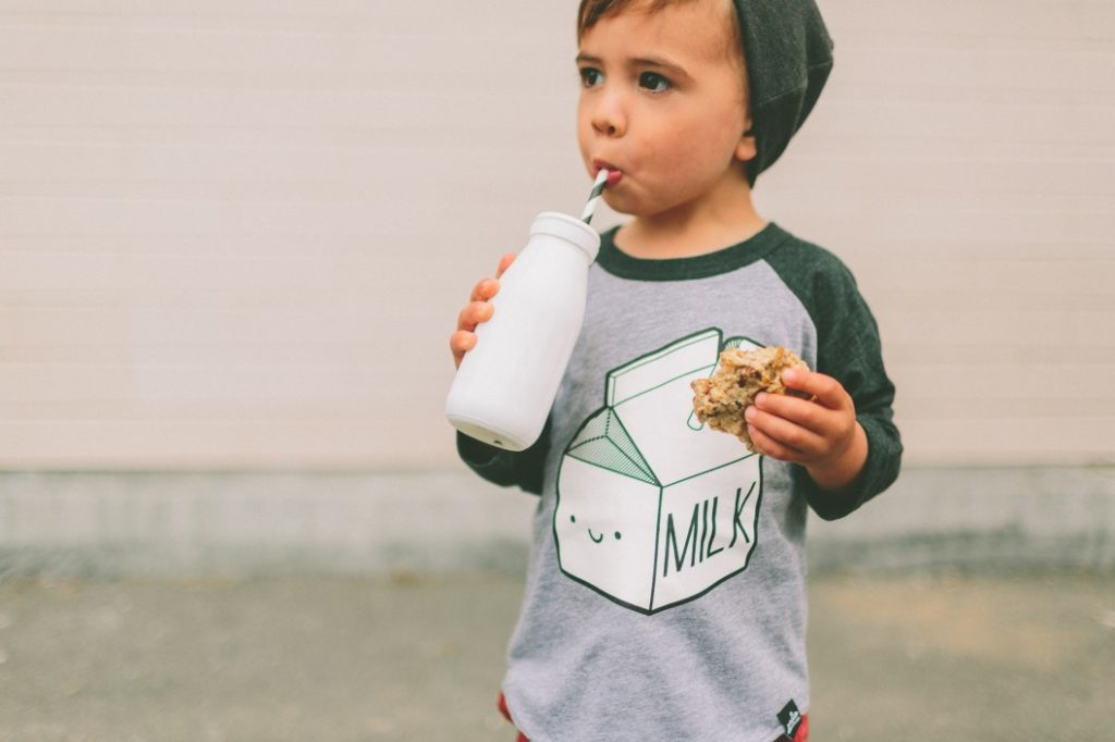 Wenn das Kind an einer Essstörung leidet - das können Eltern tun|Kind isst wenig was tun|Junge am essen|Kind spielt doktor|kind hat keinen hunger und schaut nur