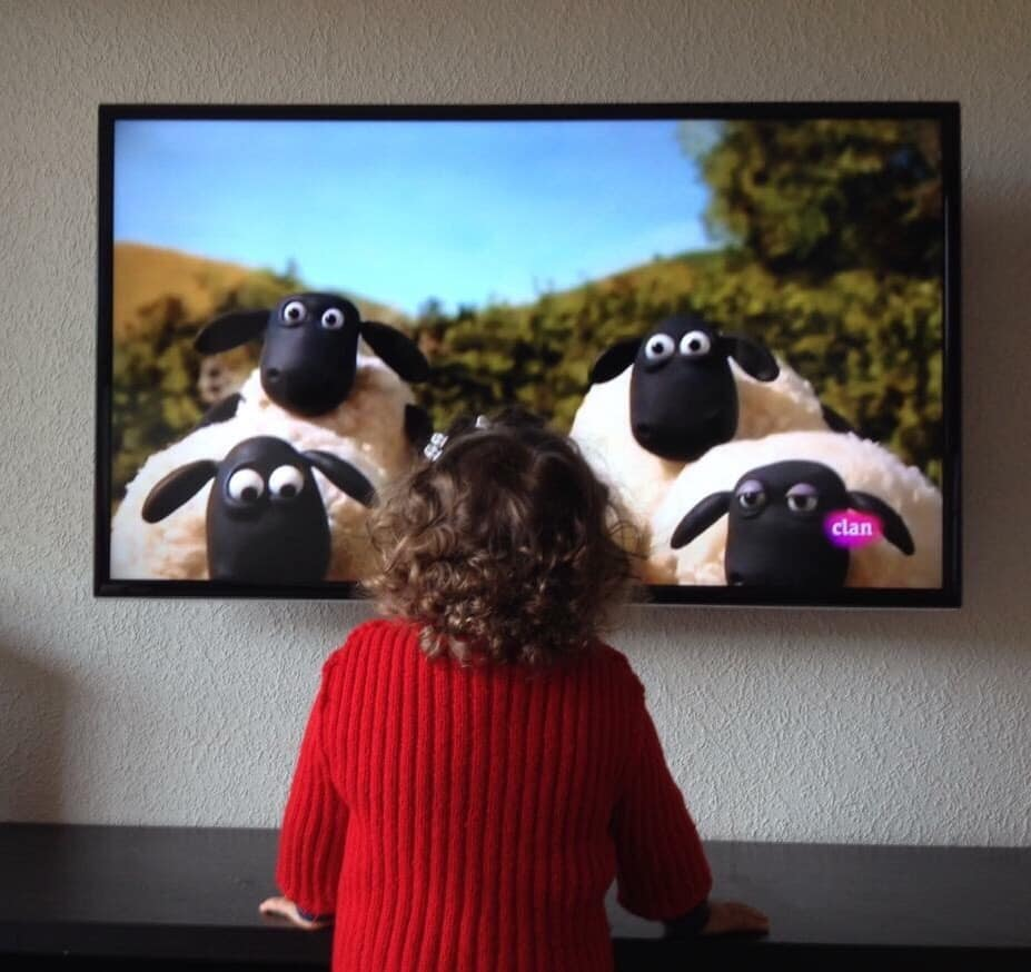 Mädchen schaut Shaun das Schaf